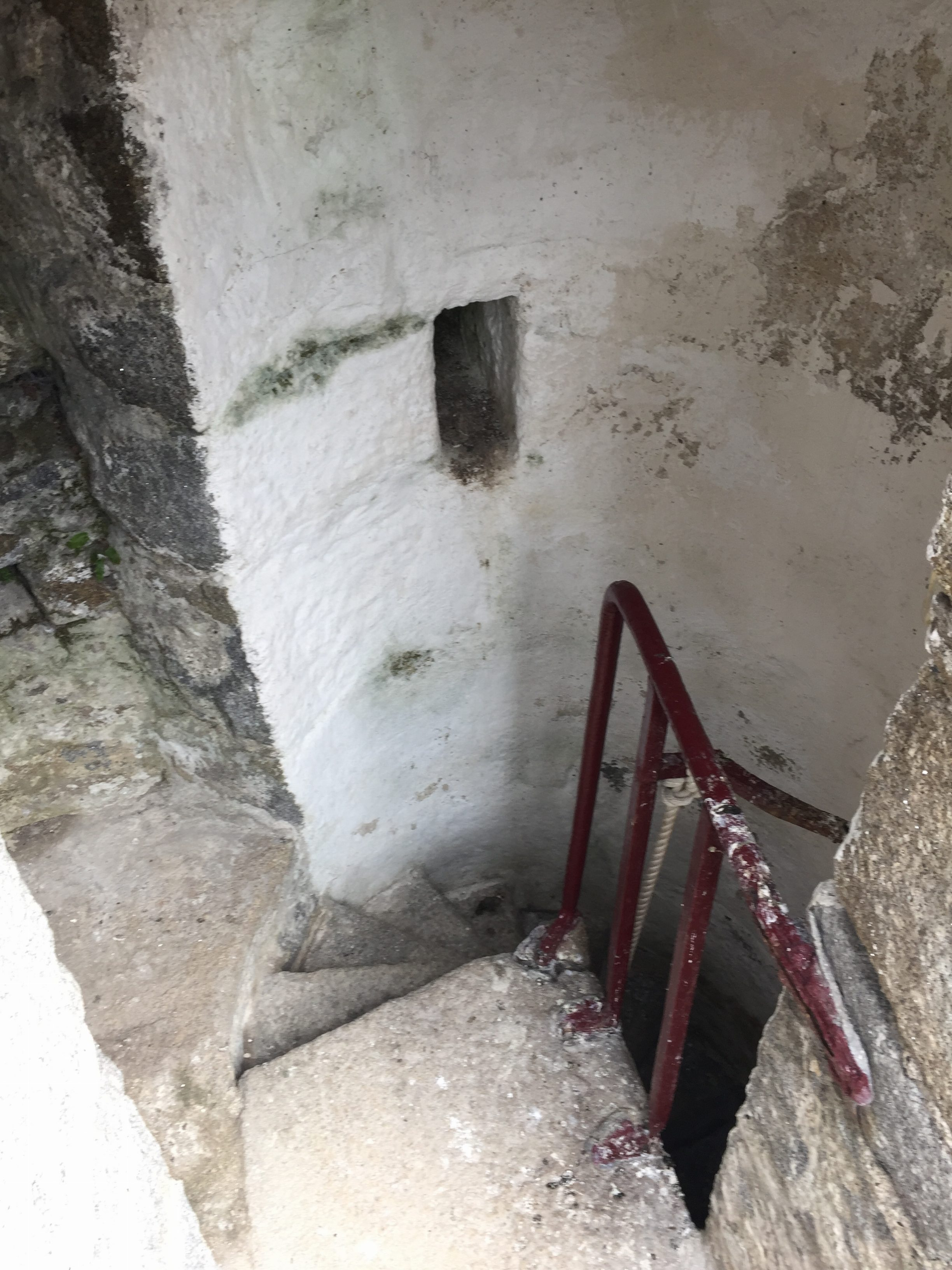 Very narrow staircase between the two floors